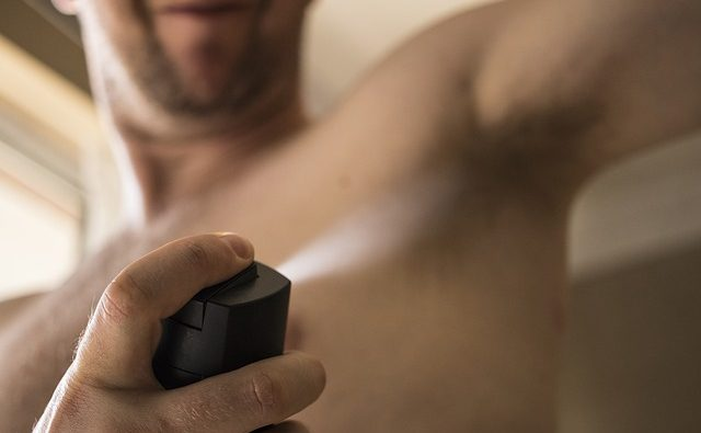 Deodorante, ecco come evitare macchie sugli indumenti