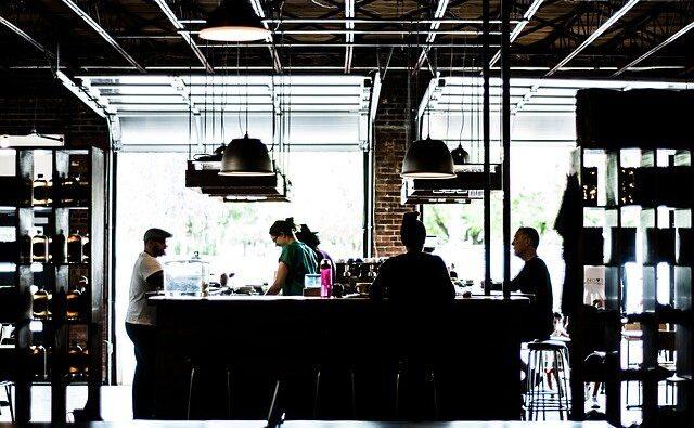 Abbigliamento per ristoranti: come scegliere la divisa più adatta per ogni membro dello staff
